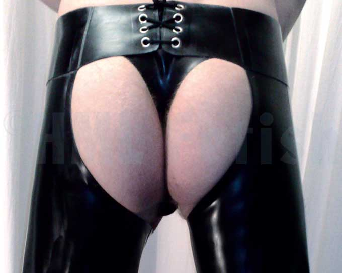 Chaps en latex bandes blancs double Our chaps are properly durable glued from 0.9 mm thick black latex. The front is closable with snaps, and the backside with laces. Leg zippers helps you to slip into your chaps. Available sizes: XS, S, M, L and XL.