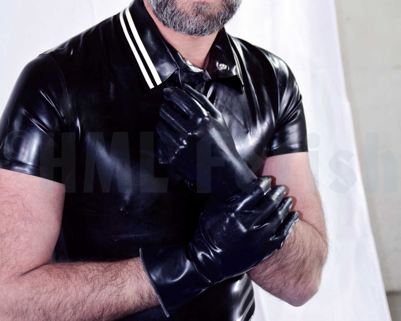 Rubber Gloves 0.3 mm wrist length Black smooth latex gloves. With its 0.35 mm thin rubber material, they keep your hands sensitiveness. These gloves are manifold usable – except with Crisco. Available in the sizes S, M, L and XL. This is the short version, covering your hands and wrists.