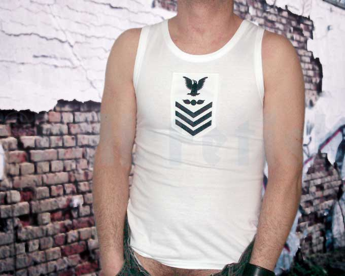 Débardeur de Navy A very manly tank top for the summer. Made of 100% pure cotton. White with an embroidered navy patch.